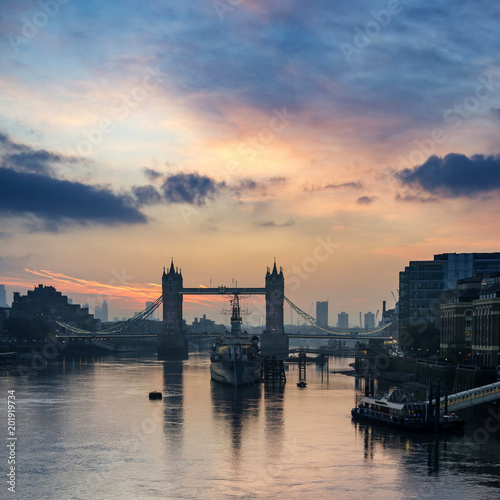 Foto Murales Beautiful Autumn sunrise landscape of Tower Bridge and River Thames in London