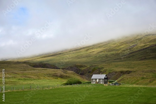 Foto Murales Icelandic scenery - a small house in front of mountains on the peninsula Vatnsnes