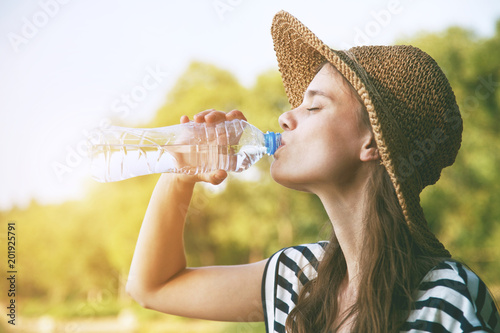 Kobiety woda pitna w lata świetle słonecznym