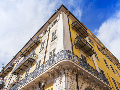 Foto Murales NICE, FRANCE, on March 6, 2018. The sun lights a building facade in Provencal style in the downtown.