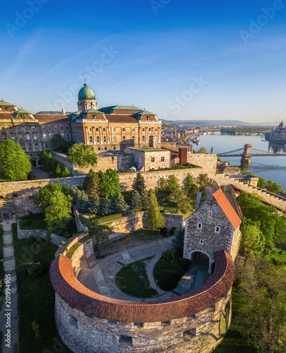 Canvas Boedapest Budapest, Hungary - Beautiful Buda Castle Royal Palace and South Rondella with Szechenyi Chain Bridge and Parliament at sunrise