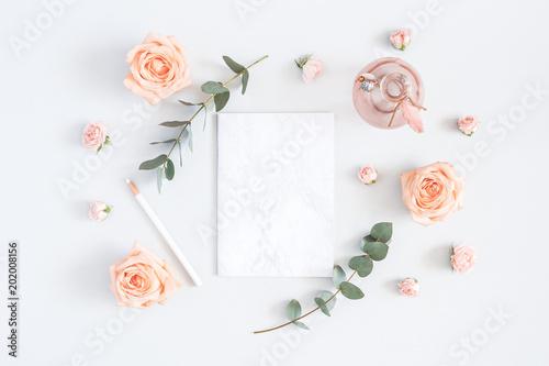 Karta zaproszenie na ślub. Marmurowy papierowy puste miejsce, wzrastał kwiaty, eukaliptus rozgałęzia się na popielatym tle. Koncepcja ślubna. Płaskie świeckich, widok z góry, kopia przestrzeń