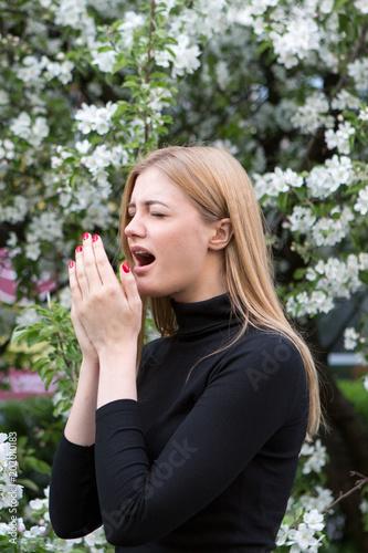 Leinwanddruck Bild Frau mit Heuschnupfen
