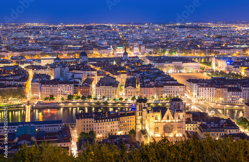 Foto Murales Cathedral Saint-Jean-Baptiste and the city of Lyon during twilight. Lyon, France.