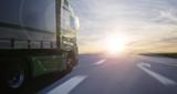 Lastwagen in der untergehenden Sonne - 202102718