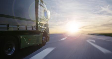 Lastwagen in der untergehenden Sonne