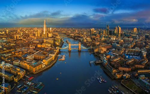 Londyn, Anglia - panoramiczny widok na panoramę Londynu, w tym słynny Tower Bridge z czerwonym piętrowy autobus, Tower of London, wieżowce w dzielnicy bankowej w złotej godziny wcześnie rano