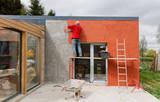 Pose d'enduit sur façade de maison en construction - Façadier - 202159762