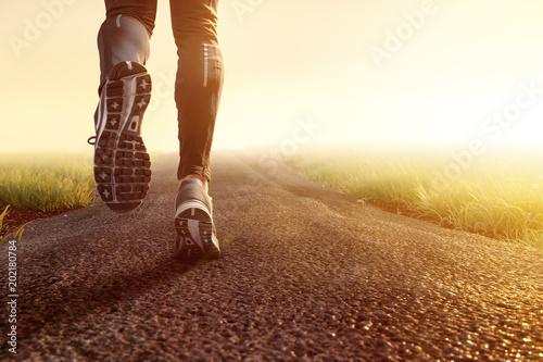 Joggen auf Feldweg im Morgennebel