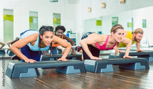 Wall mural Fitness Kurs mit Core Training und Liegestützen