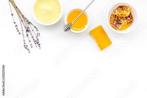 Domowe kosmetyki z miodem. Handmade mydło, zdrój sól, śmietanka na białego tła odgórnym widoku