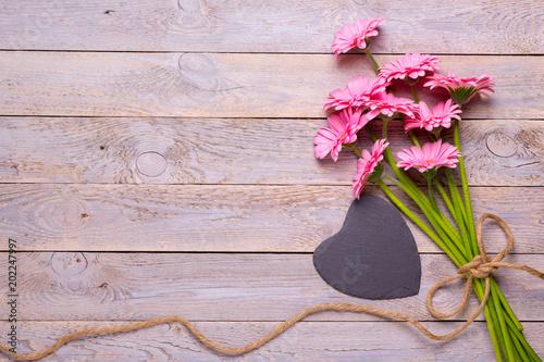 Blumenstrauß mit Herz aus Schiefer auf Holz  -  Hintergrund für Muttertag, Geburtstag etc.
