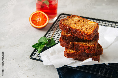 Plasterki krwi pomarańczowego funta jarski tort na drucianym stojaku. Biały kamień tło.