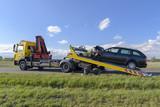 Nach einem Unfall wird das Unfallauto auf einen Abschleppwagen gezogen