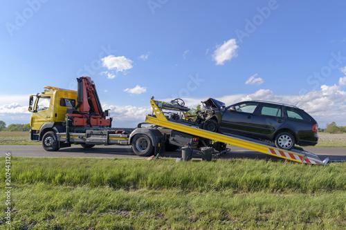 Sticker Nach einem Unfall wird das Unfallauto auf einen Abschleppwagen gezogen