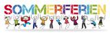 Schüler halten bunte Buchstaben mit dem Wort Sommerferien - 202451550