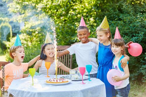 Kinder feiern Kindergeburtstag mit Tischfeuerwerk