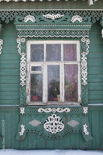 Drewniane rzeźbione i cięcia wątku ramek i okien na drewnianym domu w rosyjskiej wiosce