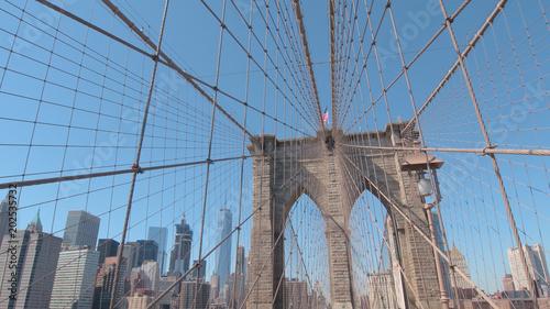 Plexiglas New York CLOSE UP: Iconic Brooklyn Bridge overlooking New York downtown business district