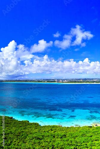 Plexiglas Donkerblauw 真夏の宮古島。来間島の竜宮城展望台から見た風景