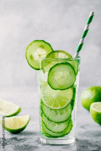 podawac-detox-wode-z-ogorkiem-i-limonka