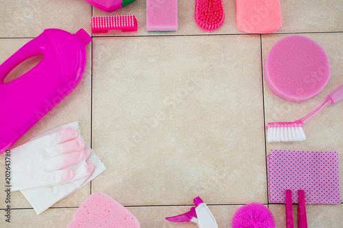 Produkty czyszczące układane na podłodze kaflowej
