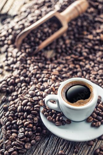 filizanka-czarna-kawa-z-fasolami-na-drewnianym-stole