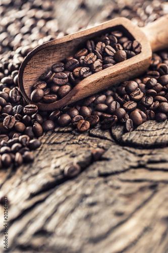 drewniana-miarka-pelno-kawowe-fasole-na-starym-debowym-stole