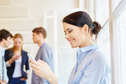 Junge Frau liest SMS