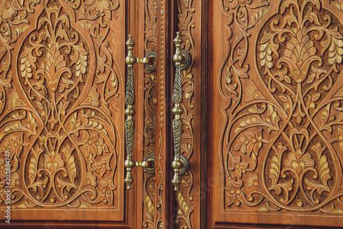 Zabytkowe drzwi z wzorami