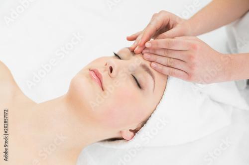 Leinwanddruck Bild Hands massaging a beautiful womans forehead