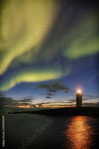 Fotobehang Noorderlicht Traumhafter Leuchtturm Kálfhamarsviti im Norden von Island, Aurora borealis, Polarlicht