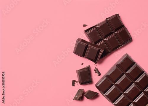 mata magnetyczna Dark chocolate on pink background