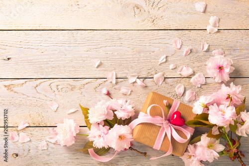 Blumen und Geschenk mit Herz  -  Grußkarte - 202953702