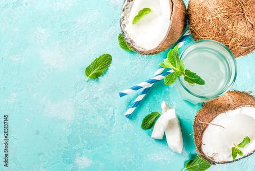 Koncepcja zdrowej żywności. Świeża Organicznie Kokosowa woda z koks, kostkami lodu i mennicą, na bławym tle, kopii astronautyczny odgórny widok