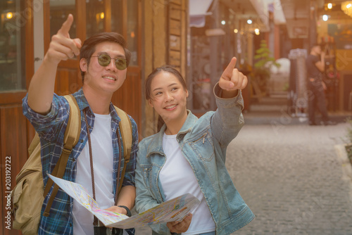 Young couple Travel Full of excitement and fun.