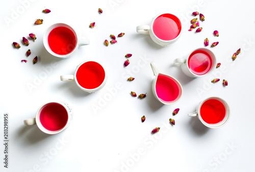 Różana herbata w filiżankach na białym tle