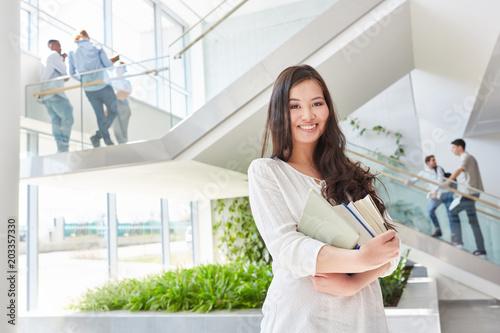 Asiatische Frau als Studentin an der Universität