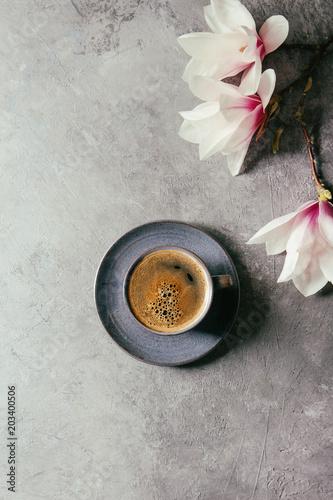 blekitna-filizanka-czarna-kawy-espresso-kawa-i-wiosna-kwitnie
