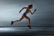 Leinwanddruck Bild - Läuferin vor grauer Wand