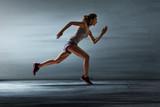 Läuferin vor grauer Wand - 203435125