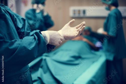 Doctors preparing for an operation © Rawpixel.com