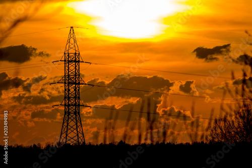 Pomarańczowy zmierzch na tle linie energetyczne