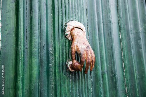 Foto Murales Türklopfer in Form einer Hand an einer Türe in Portugal