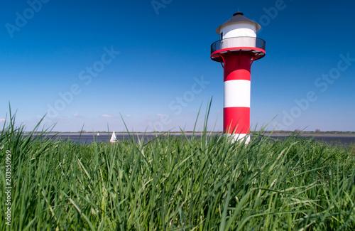 Fotobehang Vuurtoren Leuchtturm am Deich.