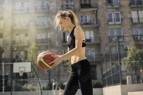 Plexiglas Basketbal Playing basketball outdoors