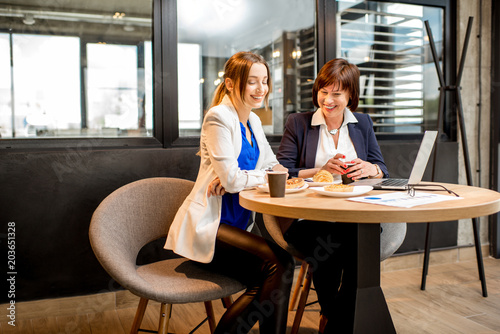 Foto Murales Business women working in the cafe