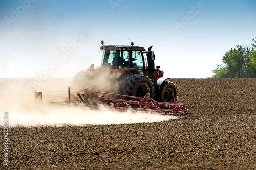 Aluminium Trekker tracteur avec herse en action sur le champ