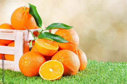 drewniane pudełko pełne pomarańczy z tłem