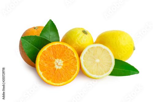 świeża pomarańcza i cytryna na białym